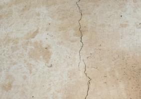 1.3 Τριχοειδείς και άλλες μεγαλύτερες ρωγμές σε εξωτερική τοιχοποιία  από σοβά - Κεντρική Εικόνα