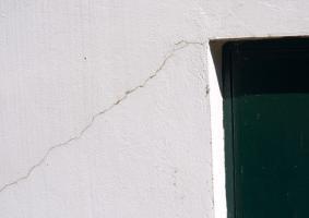 1.4 Ρωγμές σε αρμούς μεταξύ κασωμάτων και σοβά τοιχοποιίας γύρω από κασώματα - Κεντρική Εικόνα