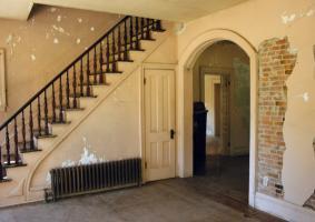 2.2 Αποσάθρωση σοβά σε μικρό ή μεγαλύτερο εύρος, εσωτερικής τοιχοποιίας. - Κεντρική Εικόνα