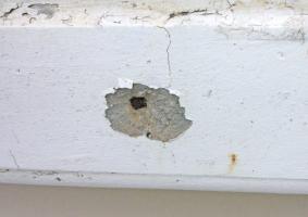 4.12 Αποσαθρώσεις και φθορές σε γείσα και μετώπες ταράτσας  με εμφάνιση σιδηρού οπλισμού - Κεντρική Εικόνα