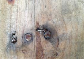 8.6 Ζημιές  ξύλινη επιφάνειας από καρφιά, βίδες  ή άλλα αντικείμενα - Κεντρική Εικόνα