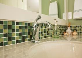Οι αρμοί στα πλακάκια, στο μπάνιο και στην κουζίνα έχουν βρωμίσει και αλλάξει χρώμα. Πως αντιμετωπίζεται το πρόβλημα; - Κεντρική Εικόνα