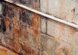 Στο υπόγειό μου υπάρχουν κάποιοι 'πλαστικοί' (PVC) σωλήνες υδραυλικών που στις ενώσεις τους εντοπίζουμε ότι υπάρχει μικρή διαρροή. Μπορούμε να κάνω κάτι γι αυτό ή να φωνάξουμε υδραυλικό; - Κεντρική Εικόνα