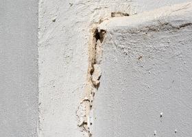 Τριχοειδείς και άλλες μεγαλύτερες ρωγμές σε εξωτερική τοιχοποιία από σοβά