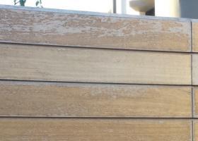Ζημιά που έχει προκληθεί από την έκθεση της ξύλινης επιφάνειας στη βλαπτική υπεριώδη ηλιακή ακτινοβολία ή την έκθεσή της σε υψηλή θερμοκρασία