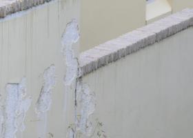 Θρυμματισμένος - αποσαθρωμένος σε σημεία (επιφανειακά), τσιμεντοειδής σοβάς