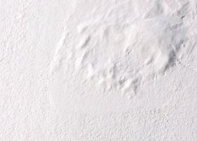 Μερική ή ολική αποσάθρωση σοβά εξωτερικού τοίχου μέχρι βάθους σοβά βασικής στρώσης