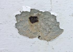 Αποσαθρώσεις και φθορές σε γείσα και μετώπες ταράτσας ή και μπαλκονιών με εμφάνιση σιδηρού οπλισμού σε κάποιες περιπτώσεις