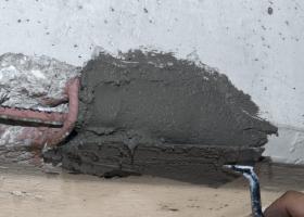 Αποσάθρωση σοβά και σπασίματα σε εξωτερικές γωνίες της τοιχοποιίας από σοβά ή σκυρόδεμα, σε γείσα μπαλκονιών, σε σκαλοπάτια, σε κολόνες ή δοκάρια που το σκυρόδεμα έχει αποκολληθεί και έχει εμφανισθεί ο σιδηρός οπλισμός, κ.ά.