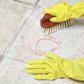 Το πάτωμα από κεραμικά πλακάκια της κουζίνας βρωμίζει πολύ εύκολα και πολύ γρήγορα. Μπορεί κάποιος να βοηθήσει; - Κεντρική Εικόνα