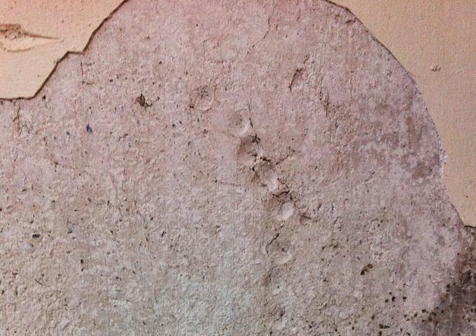 5.2 Αποσαθρωμένοι - αποκολλημένοι σοβάδες σε κάθετο τοίχο του υπογείου  - Κεντρική Εικόνα