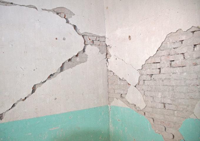 Έλεγχος, επισκευή και αποκατάσταση έντονων ρωγμών σε επιχρίσματα υπό γωνία ή χιαστί που παραπέμπουν σε θραύση τοιχοποιίας - Κεντρική Εικόνα