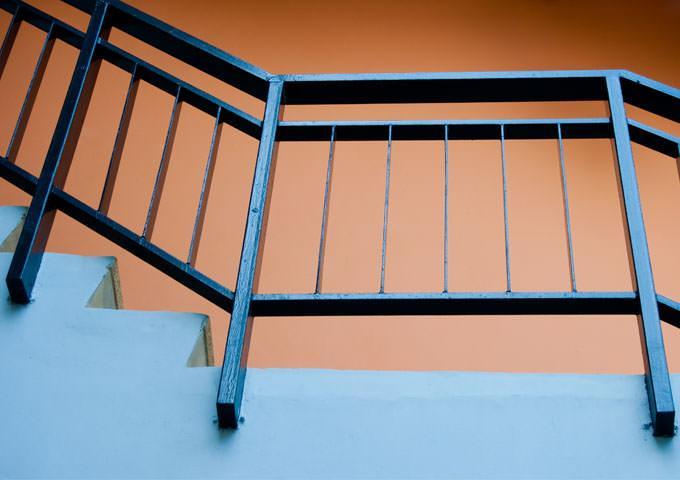 Ποια είναι η σωστή πρακτική για τη βαφή των μεταλλικών κάγκελων της κατοικίας μας;  - Κεντρική Εικόνα