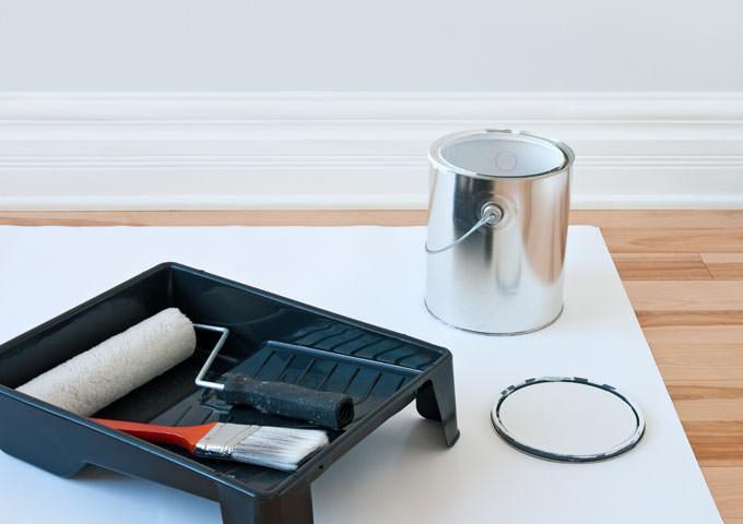 Εφαρμογή βερνικιού σε οριζόντια ξύλινη επιφάνεια. Πινέλο ή ρολό; Ή τι άλλο;  - Κεντρική Εικόνα
