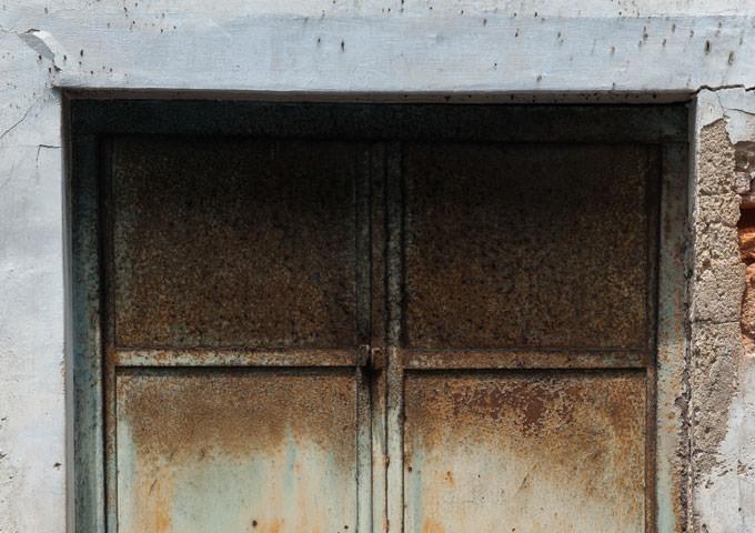 Το  μεταλλικό  κάσσωμα και η πόρτα  του υπογείου είναι σε κακή κατάσταση και έχει αρχίσει να ξεκολλά και από τη θέση του. Από πού να αρχίσω; Πώς να το επισκευάσω;   - Κεντρική Εικόνα